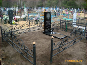 Кованная оградка черного цвета без калитки на кладбище