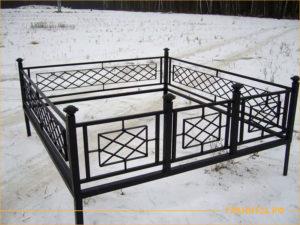 Сварная металлическая оградка на могилу