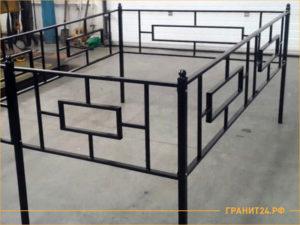 Черная сварная оградка в мастерской