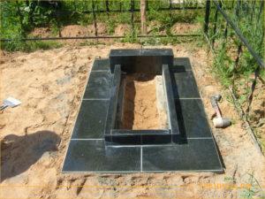 Установка памятника из гранита на кладбище вместе с гранитной плиткой