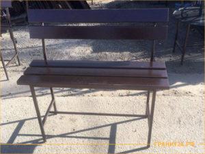 Сварная скамейка медного цвета на кладбище