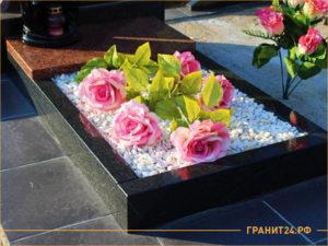 Цветник с белым щебнем и цветами